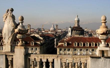 Vista de los Alpes desde un balcón de la ciudad.